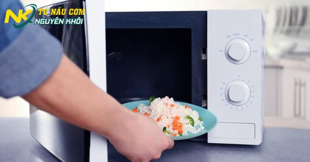 Nấu cơm bằng lò vi sóng